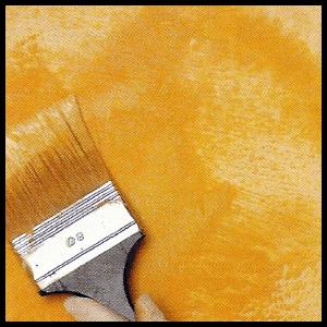 Ockergelb auf weiß grundierter Wand mit Kalkfarbe streichen