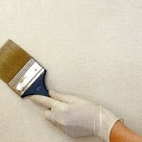 Ockergelb auf weiß grundierter Wand streichen
