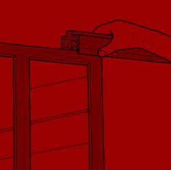 4. Die Türen sind meistens fertig montiert. Falls nicht, müssen Sie die Füllungen an Ort und Stelle mit den Rahmen verbinden.