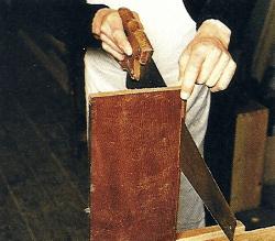 Furnierschäden an Möbelfurnier ausbessern