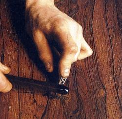 Das Füllmaterial wird erhitzt, bis es zähflüssig tropft. Daneben geratenes Wachs mit dem Messer aufnehmen und dazugeben.