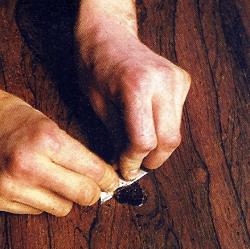 Schellack erhärtet verhältnismäßig schnell. Entfernen Sie überstehendes Material mit der Ziehklinge, solange es geschmeidig ist.