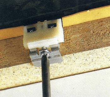 Anziehen der Schrauben an den Halteklammern