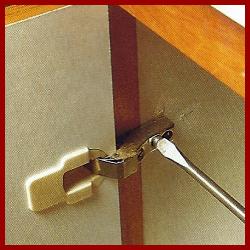Möbelbänder nachjustieren und montieren, hier erfahren Sie wie's geht