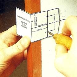 2. Ziehen Sie zunächst rechtwinklig zur Front eine Grundlinie. Mit der Einbauschablone markieren Sie die exakte Position der Schraublöcher.