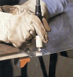 Die Elektrode wird mit der Schneiddüse angesetzt.