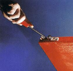 Für die Stellschrauben im Aufhängebeschlag müssen tiefe Löcher in das Türblatt gebohrt werden, bevor Sie die Beschläge anschrauben.