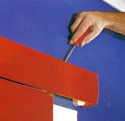 Zu manchen Schiebetür-Bausätzen gibt es Blech blenden. Man kann auch eine Hartfaser- oder Sperrholzplatte nach Maß anbringen.