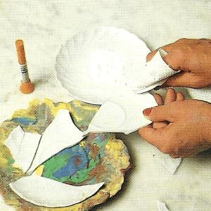 Porzellan reparieren, sorgfältiges kitten, kleben und füllen