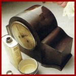 Restaurieren alter Möbel, frischer Glanz auf altem Uhrgehäuse