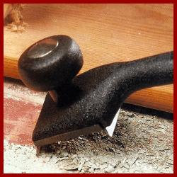 Schaber und Ziehklingen um die Oberfläche von Altholz zu behandeln