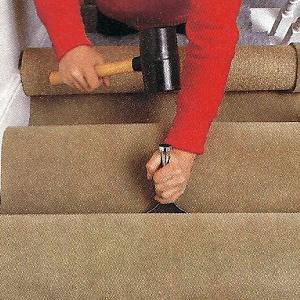 Spannteppich auf der Treppe verlegen, bietet den Füßen sicheren Halt