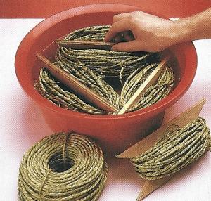 1. Spulen Sie die Schilf schnur von den Rollen auf selbst gefertigte Haspeln aus Sperrholz und wässern Sie sie etwa eine halbe Stunde lang.