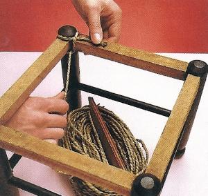 2. Den Anfang der Schnur bindet man mit einem Faden am Rahmen fest, oder man fixiert die Schnur mit einer festen ersten Schlaufe.