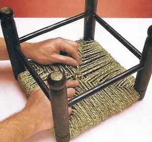 5. Sichern Sie das freie Ende der Schilf schnur nach Abschluss der Flechtarbeit mit einem Knoten, der sich weder lösen noch lockern kann.