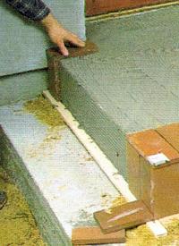 Hauseingang mit Fliesen (Platten) belegen